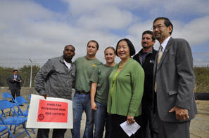 Mayor Jean Quan with Port Commissioner Victor Uno and FAA furloughed workers